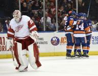Islanders hold on to beat Red Wings 5-4
