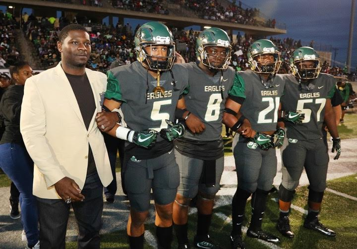 LaDainian Tomlinson and DeSoto's football team (Photo: Richard Rodriguez/National Peanut Board/Associated Press)