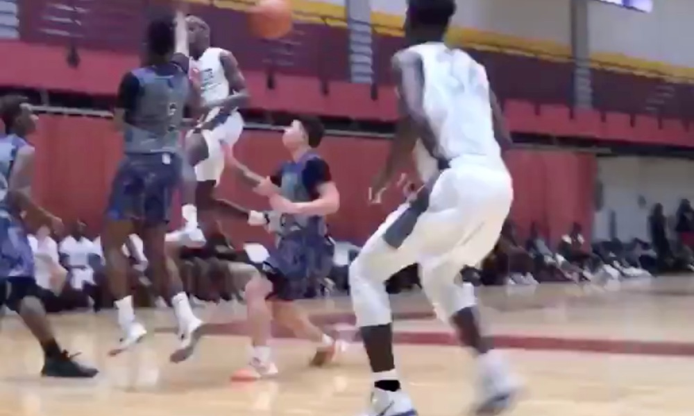 Zaire Wade dishes an impressive assist (Photo: @overtime/Twitter screen shot)