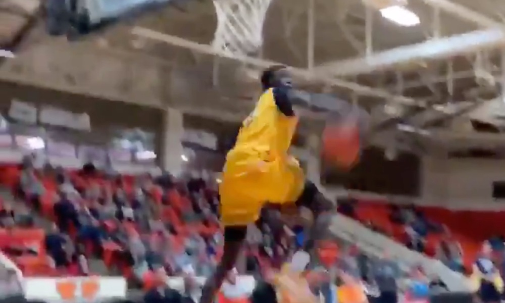 Huntington Prep SG Jimma Gatwech threw down NBA quality dunks at a weekend tournament (Photo: @overtime/Twitter)