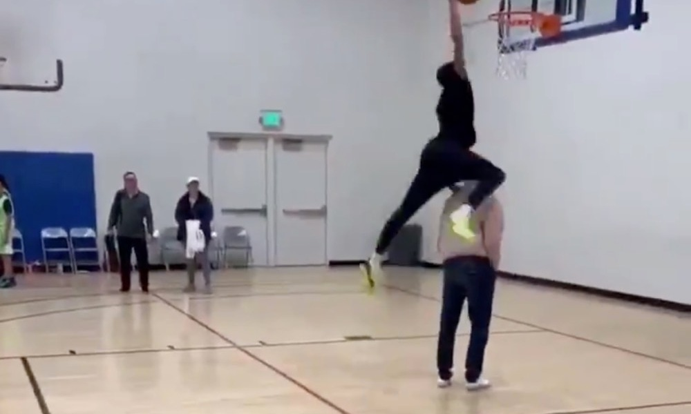 Shaqir O'Neal dunks over a prop in the paint (Photo: @overtime/Twitter)