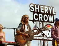 Sheryl Crow puts on concert for Trent Dilfer's Lipscomb Academy before football game