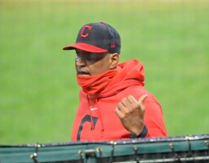 WATCH: Catching drill with Cleveland Indians' Sandy Alomar Jr.